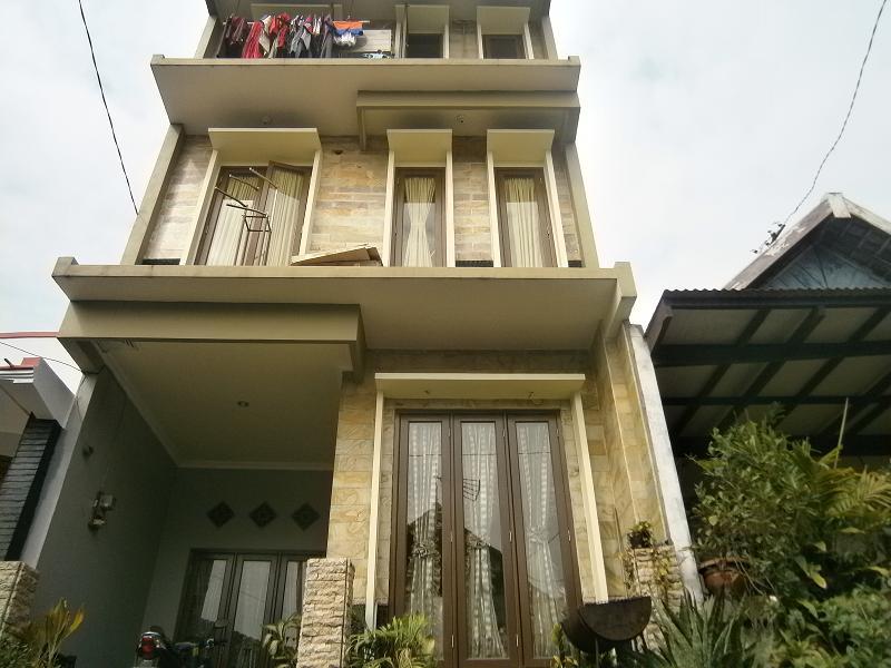 3 Lantai Dengan Bahan Dasar Batu Alam